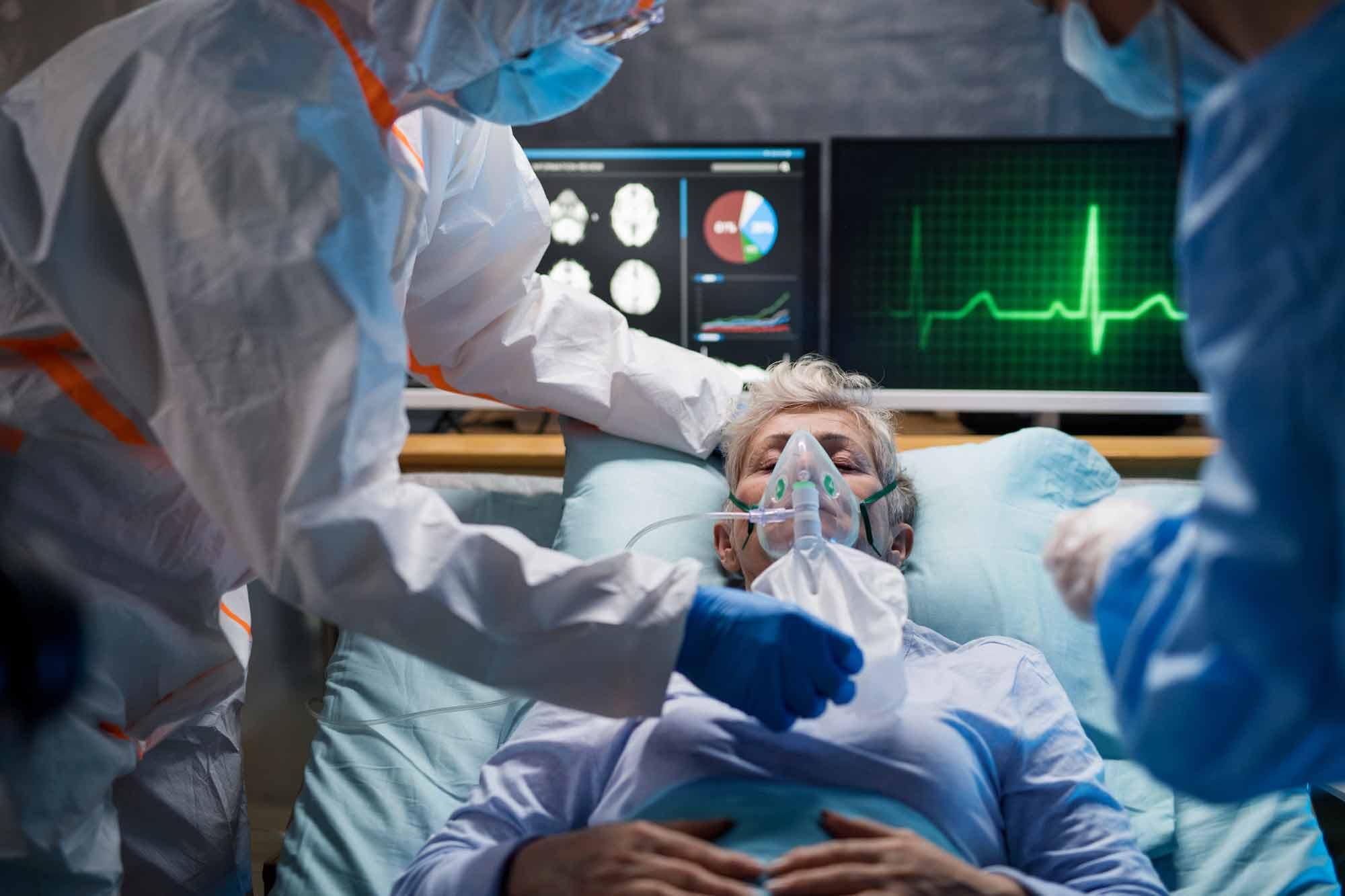 cirujanos en medio de una cirugía